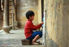 Muchacho que hace punto en el norte de Vietnam Fotografía de archivo libre de regalías