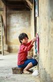 Muchacho que hace punto en el norte de Vietnam Foto de archivo libre de regalías