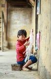 Muchacho que hace punto en el norte de Vietnam Imagenes de archivo