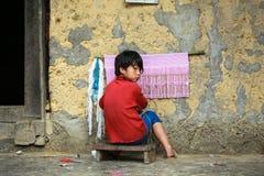 Muchacho que hace punto en el norte de Vietnam Imágenes de archivo libres de regalías