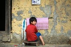 Muchacho que hace punto en el norte de Vietnam Fotografía de archivo