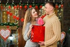 Muchacho que hace sorpresa a su muchacha el día del ` s de la tarjeta del día de San Valentín Imagen de archivo