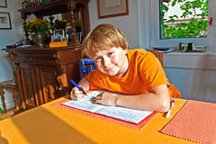Muchacho que hace su preparación para la escuela Fotos de archivo