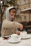 Muchacho que hace té Fotos de archivo libres de regalías