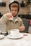 Muchacho que hace té Fotos de archivo