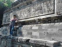 Muchacho que hace una pausa el templo de Surawana Imagen de archivo libre de regalías