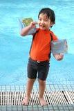 Muchacho que hace una pausa la piscina Fotos de archivo libres de regalías