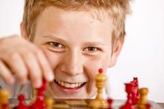 Muchacho que juega a ajedrez Fotografía de archivo