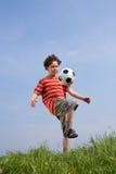 Muchacho que juega al balompié Foto de archivo libre de regalías