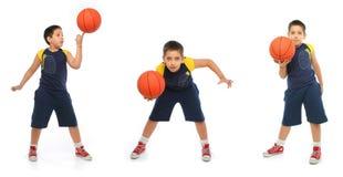 Muchacho que juega al baloncesto aislado foto de archivo