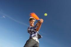 Muchacho que juega al grillo en la playa Imagenes de archivo