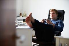 Muchacho que juega al videojuego en dormitorio Imagenes de archivo