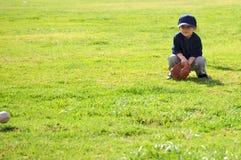 Muchacho que juega a béisbol imagenes de archivo