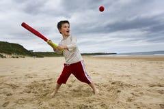 Muchacho que juega a beísbol con pelota blanda Imagen de archivo libre de regalías
