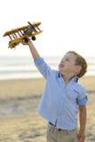 Muchacho que juega con el avión fotografía de archivo