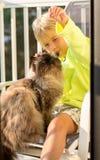 Muchacho que juega con el gato Foto de archivo libre de regalías