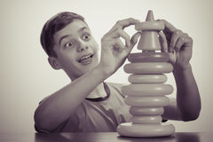 Muchacho que juega con el juguete Viejo concepto de la publicidad Imagen de archivo