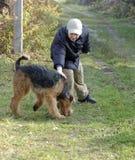 Muchacho que juega con el perro Fotos de archivo
