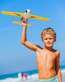 Muchacho que juega con la cometa en la playa Imagen de archivo libre de regalías