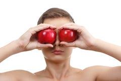 Muchacho que juega con la manzana roja, aislada en blanco Imagen de archivo