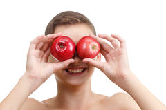 Muchacho que juega con la manzana roja, aislada en blanco Fotografía de archivo libre de regalías