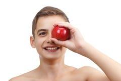 Muchacho que juega con la manzana roja, aislada en blanco Fotos de archivo