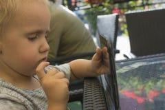 Muchacho que juega con la tableta Foto de archivo