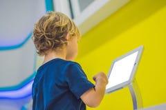 Muchacho que juega con la tableta digital Niños y concepto de la tecnología Foto de archivo libre de regalías
