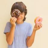 Muchacho que juega con los anillos de espuma Fotos de archivo libres de regalías
