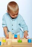Muchacho que juega con los bloques Foto de archivo libre de regalías
