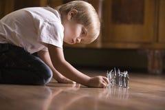 Muchacho que juega con Toy Soldiers On Floor Fotos de archivo libres de regalías