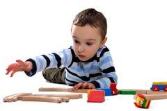 Muchacho que juega con un conjunto del tren Fotografía de archivo