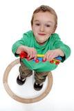 Muchacho que juega con un conjunto del tren Imagenes de archivo