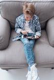 Muchacho que juega con una tableta Imagen de archivo