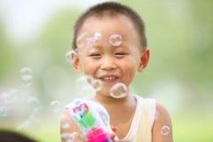 Muchacho que juega el arma de las burbujas Imagen de archivo libre de regalías