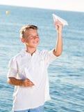 Muchacho que juega el avión de papel Imagen de archivo