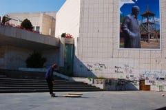 Muchacho que juega el monopatín en Novi Sad Imagen de archivo