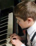 muchacho que juega el piano Imagen de archivo libre de regalías