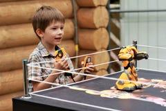 Muchacho que juega el robot que lucha de la batalla con teledirigido Imagen de archivo libre de regalías