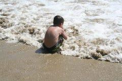 Muchacho que juega en agua Fotos de archivo libres de regalías