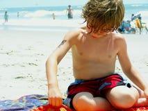 Muchacho que juega en arena en la playa Imagen de archivo libre de regalías
