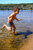 Muchacho que juega en el agua imagen de archivo libre de regalías