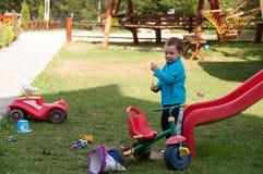 Muchacho que juega en el patio Imágenes de archivo libres de regalías