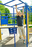 Muchacho que juega en el patio Imagen de archivo