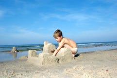 Muchacho que juega en la playa Fotografía de archivo libre de regalías