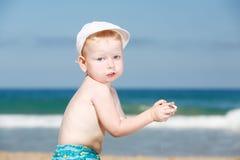 Muchacho que juega en la playa Foto de archivo libre de regalías