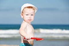 Muchacho que juega en la playa Imagenes de archivo