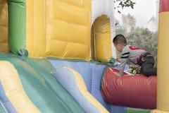 Muchacho que juega en patio Fotografía de archivo