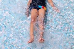 Muchacho que juega en piscina baja Imagen de archivo libre de regalías