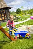 Muchacho que juega en un patio con la arena Imágenes de archivo libres de regalías